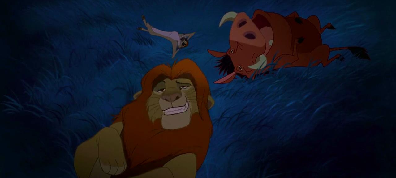 Simba, Timon och Pumbaa ligger i gräset på natten och ser höga ut
